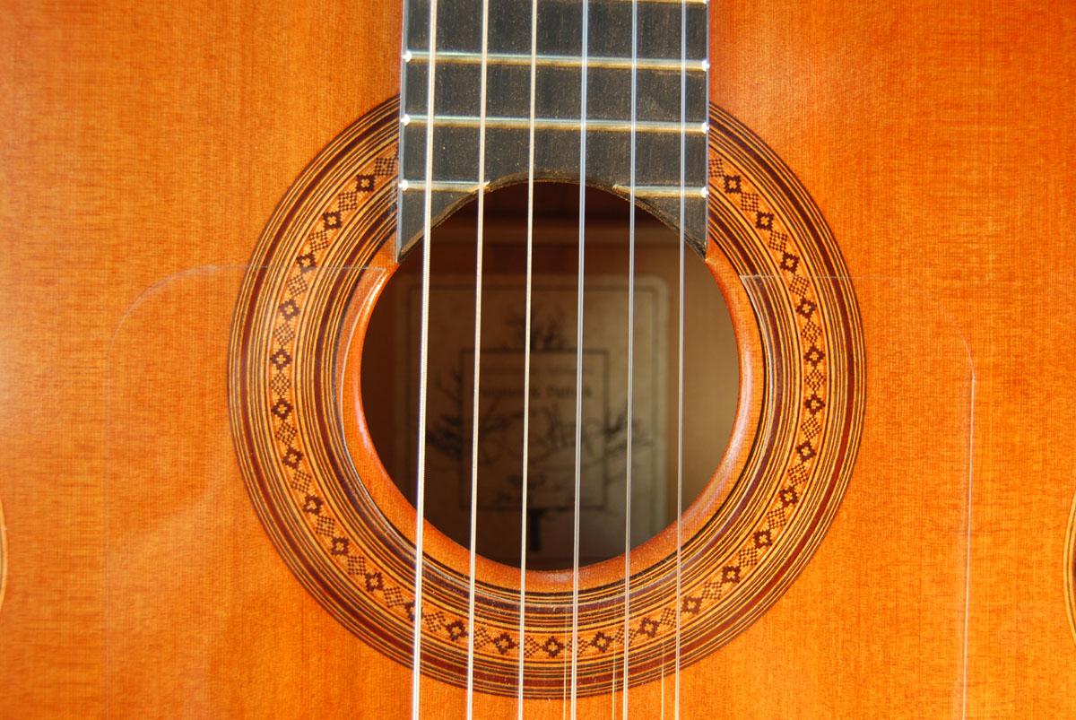 http://www.fuentesguitars.com/wp-content/uploads/2013/09/Flamenco-Cedro-2.jpg